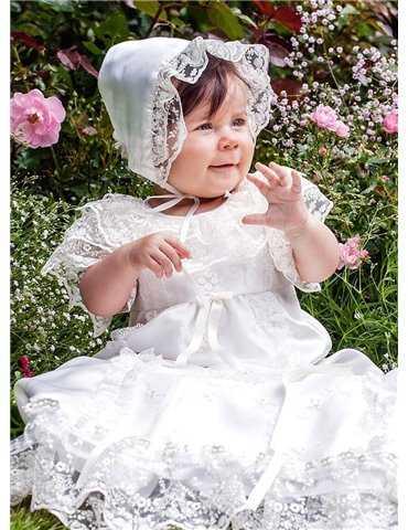 Dopklänning på gullig flicka bland blommor