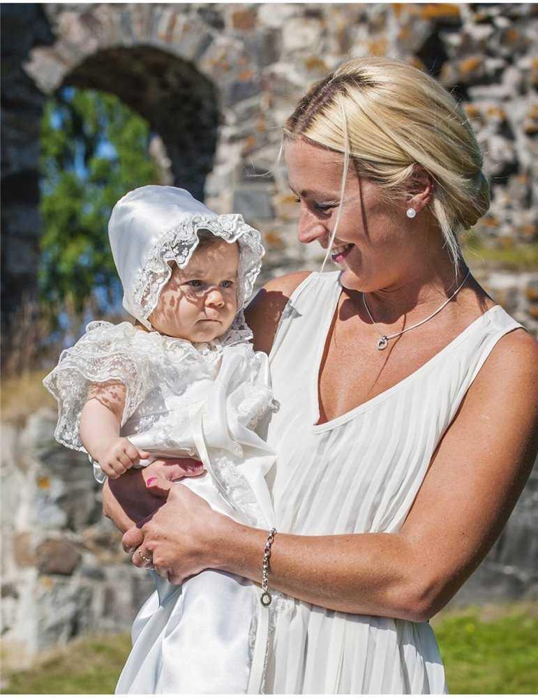 charmig flicka i söt Dopklänning