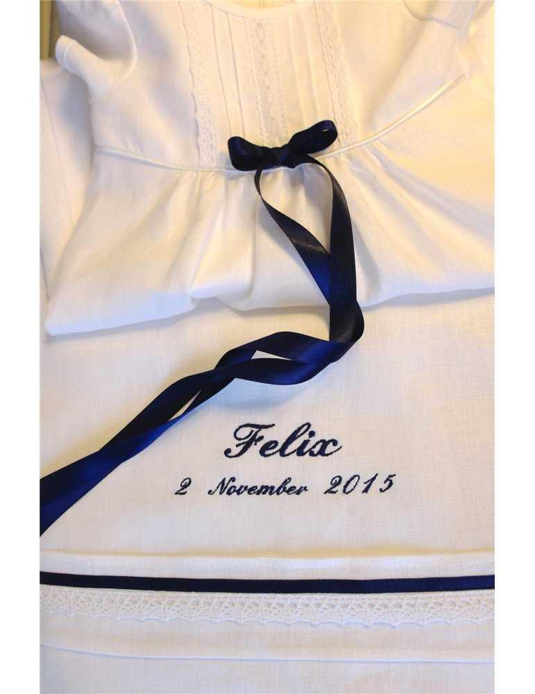 pojke i lyxig Prinskostym för dop