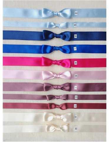 busig flicka i off white bomulls-dopklänning