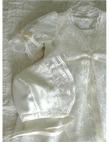 lycklig baby i bommulls-dopklänning
